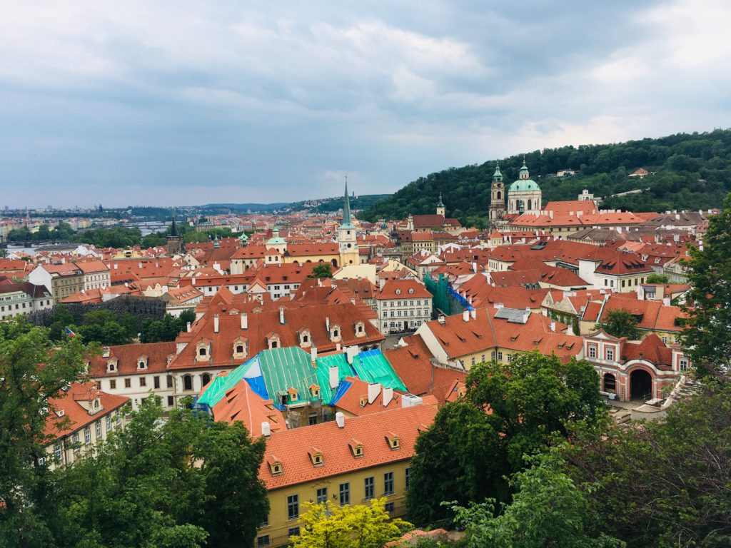 Consigli per viaggiare low cost: vista città europea dal'alto