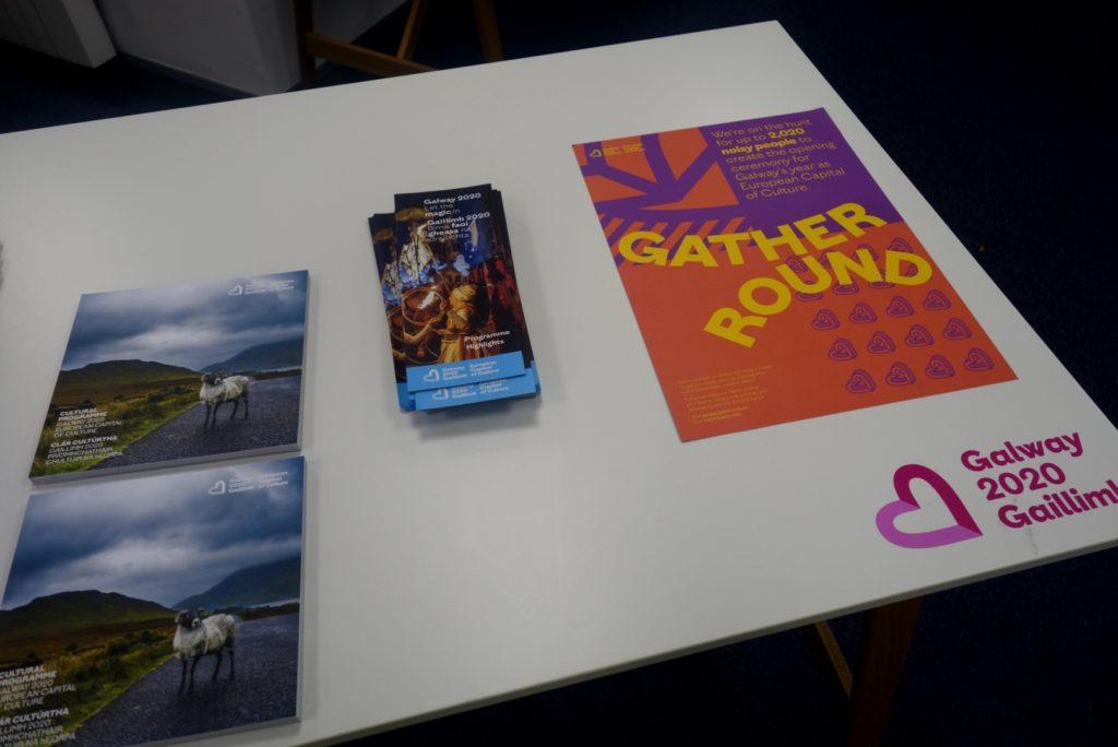 Programma e brochures nell'ufficio di Galway 2020